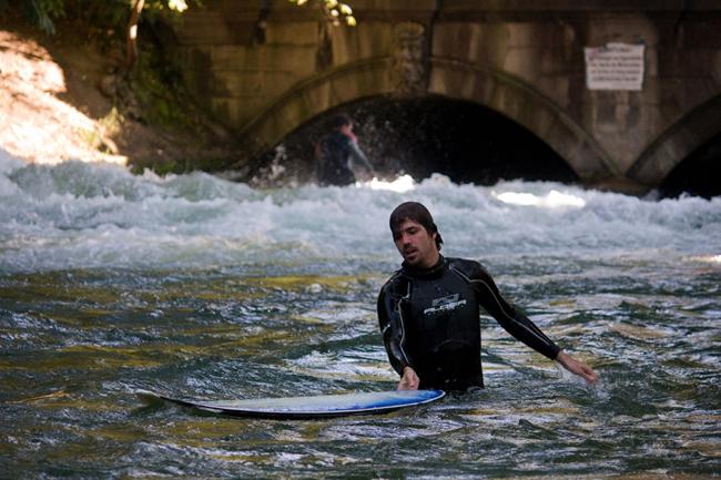 Eisbach-Surfer_Munchen