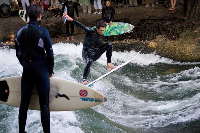 Eisbach-Surfer_springend