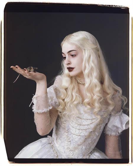 Anne Hathaway mit ungewohnter Haarfarbe. Sie ist die Weiße Königin.