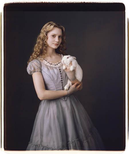 """Die junge Alice - gespielt von Mia Wasikowska - kommt zart und im Vergleich zu Hutmacher & Co. zurückhaltend daher. Schon an ihrer Kleidung wird sichtbar, dass sie eine Vertreterin der """"normalen"""" Welt ist."""