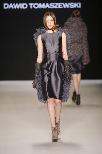 Tomaszewski Berlin Fashion Week FW 2011: graues glänzendes Kleid mit langen Handschuhen und Stola