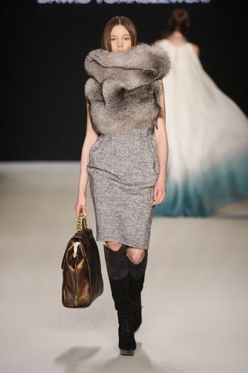 Tomaszewski Berlin Fashion Week FW 2011: graues Kleid mit Pelzstola