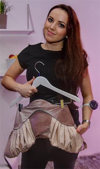 Nokia Fashion-Café Düsseldorf: Designerin Anastasia Janz mit einem Rock aus ihrer Kollektion