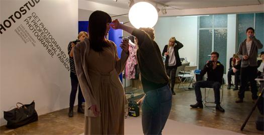 Modell Anette in einem Kleid von Anastasia Janz