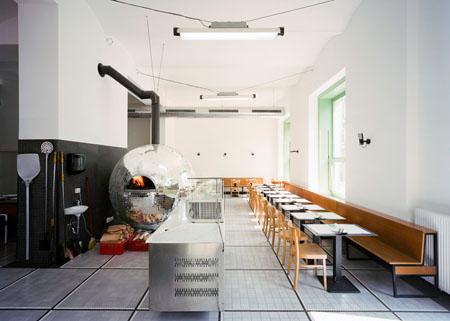Riesen-Discokugel hinter der sich ein Pizzaofen verbirgt - Disco Volante in Wien