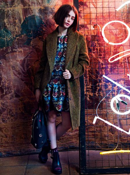 Lily Collins für Asos, Herbst 2014, in dunklem Mantel mit Kleid.