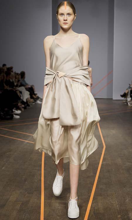 Isabel Yalda Hellysaz, Frühjahrs- und Sommermode 2015, kurzes Cocktailkleid mit großer Schleife
