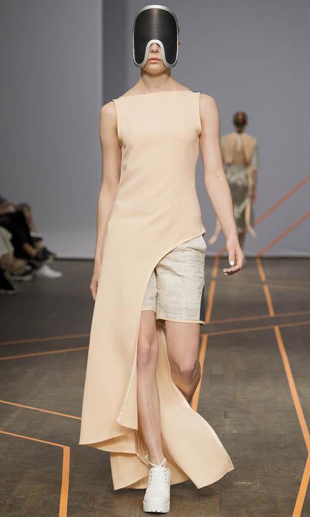 Isabell Yalda Hellysaz, Frühjahrs- und Sommermode 2015: langes pfirsichfarbenes Kleid mit kurzen Shorts und Gesichtsmaske