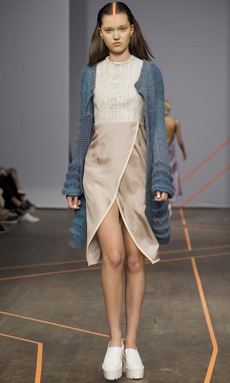 Isabell Yalda Hellysaz, Frühjahrs- und Sommermode 2015: grüne Strickjacke mit transparentem Kleid