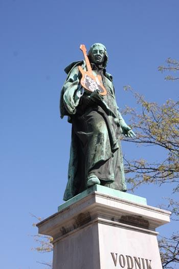 Ljubljana_Denkmal_EGitarre