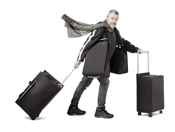 Philippe Starck mit Koffern und Taschen aus seiner neuen Serie von Delsey
