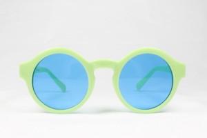 Bunte Sonnenbrille: blaue Gläser, grünes Gestell