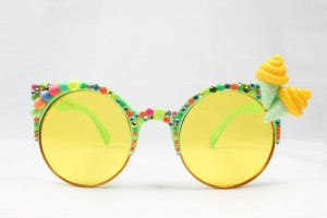 Sonnenbrille mit gelben Gläsern, verziert mit Perlen und Eistüten